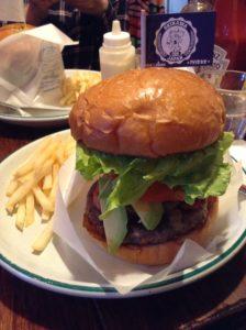 沖縄・那覇市「アメリカ食堂 サンズ・ダイナー」でハンバーガーを食べた