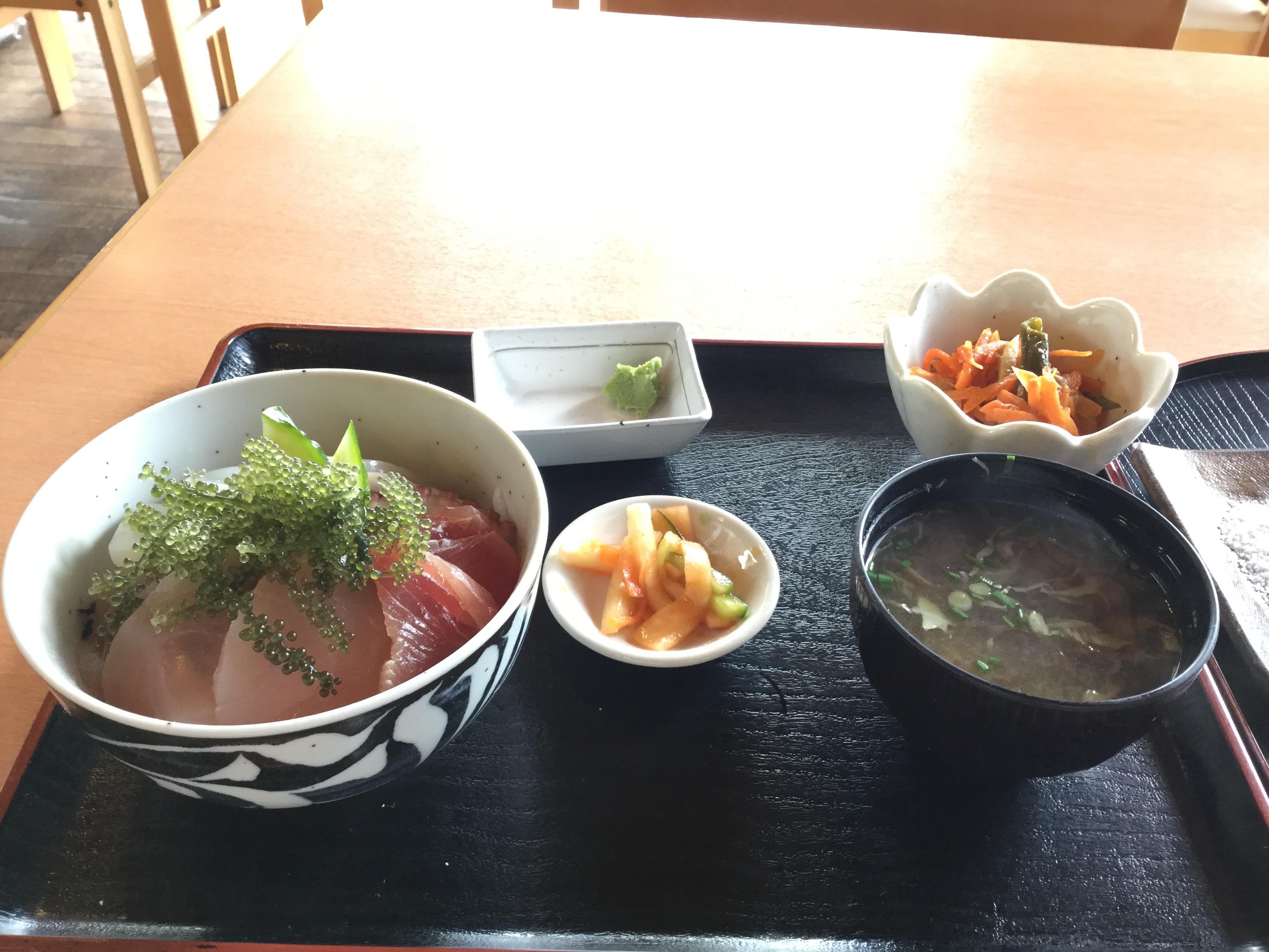 沖縄・南城市「食事処とくじん」は久高島にある海鮮丼を食べれる店