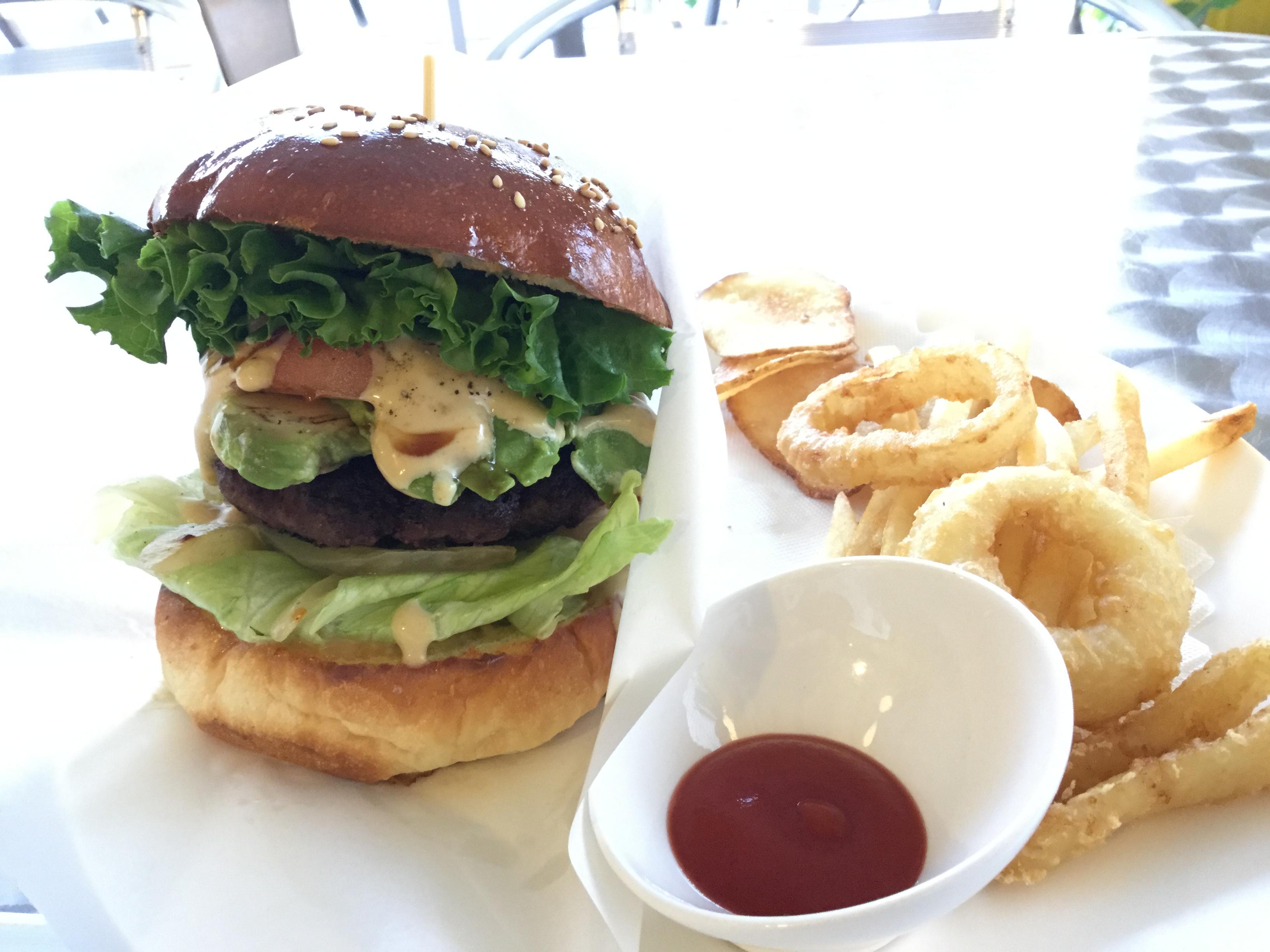 沖縄・北谷町「石垣島キッチン Bin」でハンバーガーを食べた