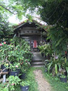 沖縄・中城村「沖縄そばと郷土料理の店 悠愉樹庵」でソーキそばを食べてきた