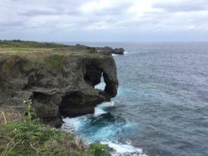 沖縄・恩納村「万座毛」ゾウの形状をしたでかい岩