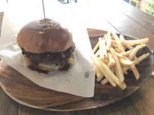 沖縄・北谷町「Chatan Burger Base Atabii's」で海を見ながらハンバーガーを食べる
