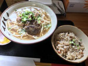 沖縄・中城村「そば処 やじろべぇ」で軟骨ソーキそばとジューシーを食べてきた