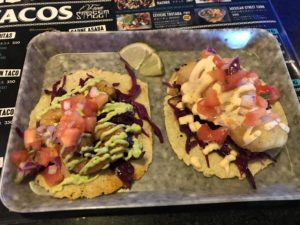 沖縄・宜野湾市「TACO MARIA」有名メキシコ料理のタコスを食べる